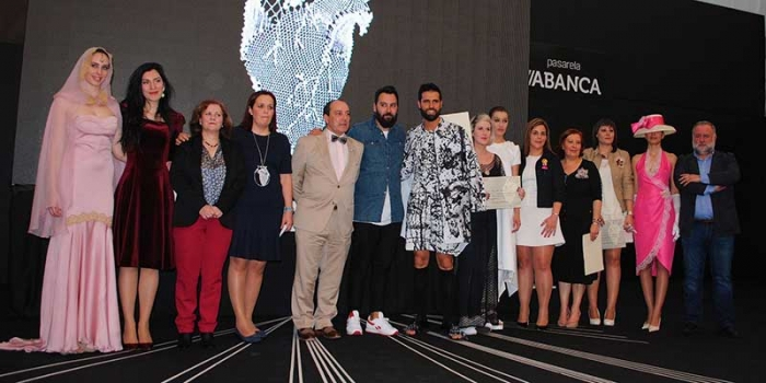 "Camariñas receives the National Award of Fashion and  Business Excellence for his work to preserve the ""encaixe""."